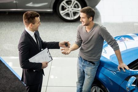 Autohändler und Kunde im Diskussion